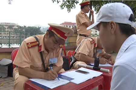 Lực lượng chức năng xử phạt phương tiện vi phạm