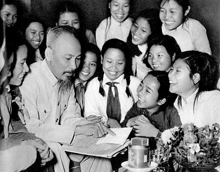 Đại biểu học sinh trường Trung học Trưng Vương (Hà Nội) đến chúc thọ Chủ tịch Hồ Chí Minh (tháng 5 năm 1965)