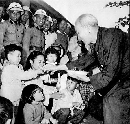 Bác Hồ thăm trường Mẫu giáo mầm non tỉnh Thanh Hóa, ngày 10/12/1961